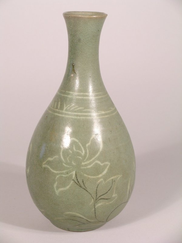 7C: A Korean vase, 18th/19th century of pear shape and