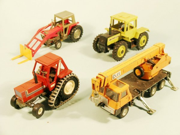 2D: A collection of unboxed tractors by Britains and ot