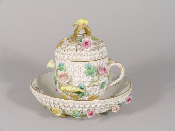 22B: A late Meissen 'Schneeballen' cup, cover and sauce