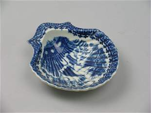 A Caughley porcelain scallop shell dish