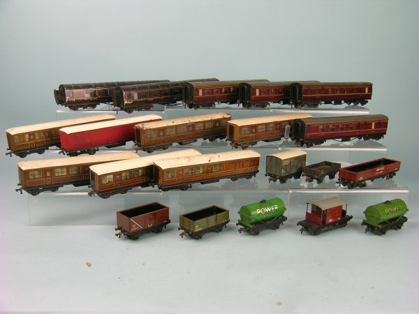 9C: A group of 21 unboxed Hornby Dublo passenger coache
