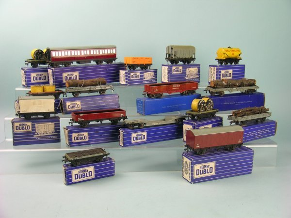11C: A group of 17 Hornby Dublo boxed (blue and white s