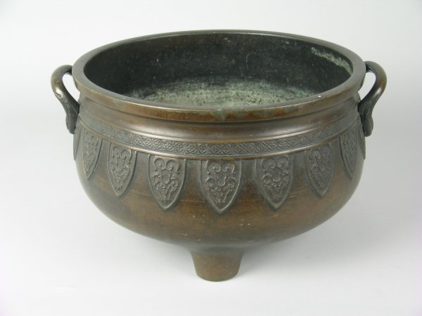7E: A Japanese bronze, two handled jardiniere (hibachi)