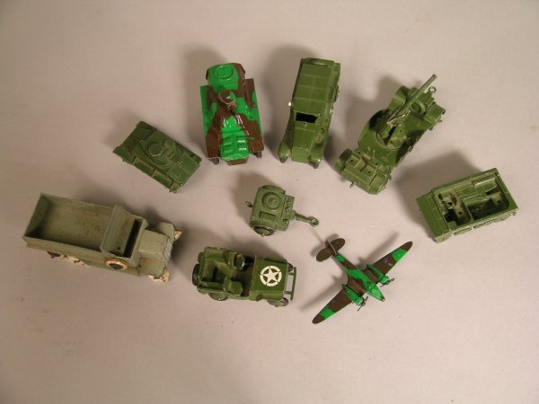 1D: A selection of Dinky unboxed military vehicles to i