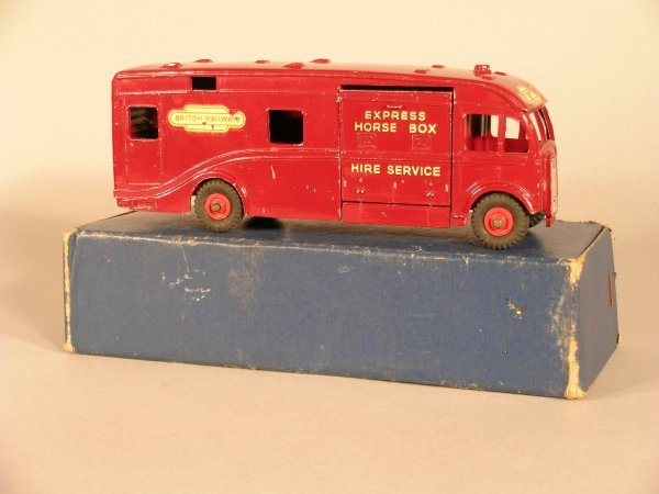 9D: Dinky Supertoys horsebox, maroon with Express Horse
