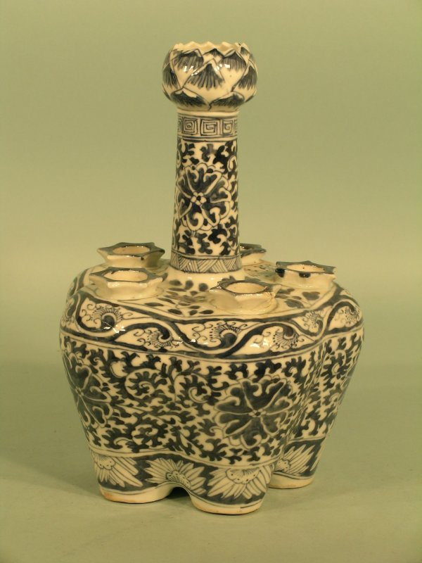 7: A Chinese porcelain tulip vase, 19th century, the ce