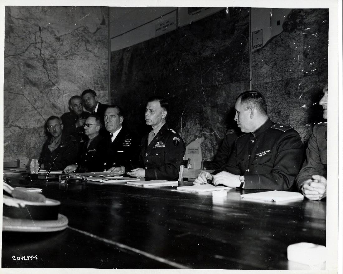 Chiefs of staff sign nazi surrender 5 6 1945 reims