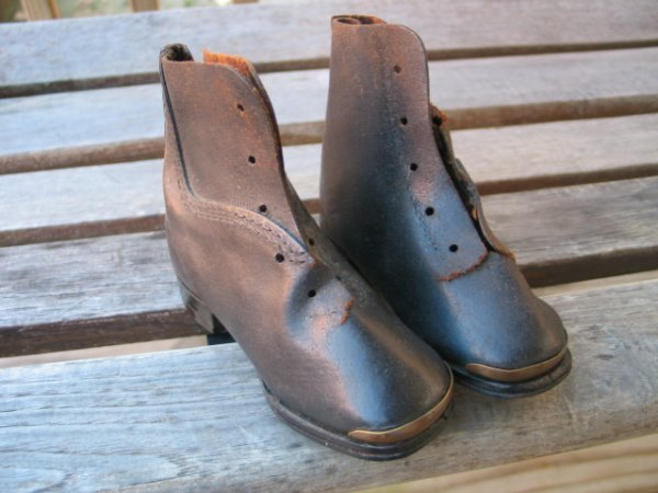 222: Pair of anitque victorian baby shoes - no shoe lac