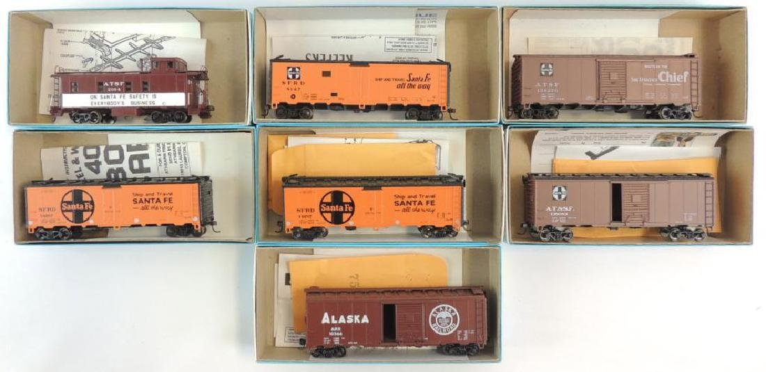 Group of 7 Athearn HO Scale Santa Fe Train Cars with