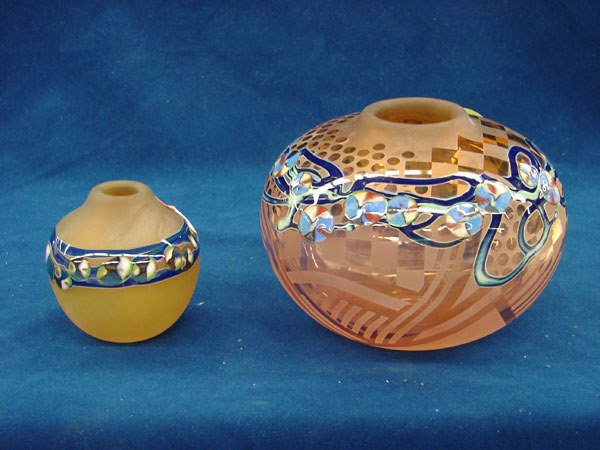 2520: 2 pcs, Art Glass Vases, rose bowl shaped w/geomet