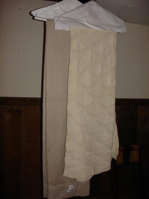 23: CROCHET COVERLET & LITNER TABLE CLOTH;
