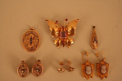 696:  LOT: 14KYG BUTTERFLY PIN W/COLOURED STONES; VICTO