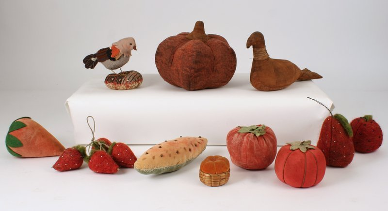 7) GROUP OF STUFFED ANIMALS & OBJECTS, 11 pieces