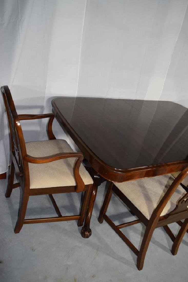 BERKEY AND GAY DINING ROOM SET TABLE & CHAIRS - 4