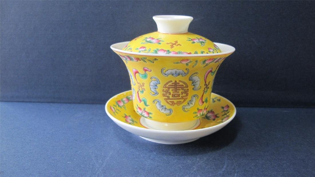 CHINESE PORCELAIN YELLOW GROUND FAMILLE ROSE LIDDED TEA