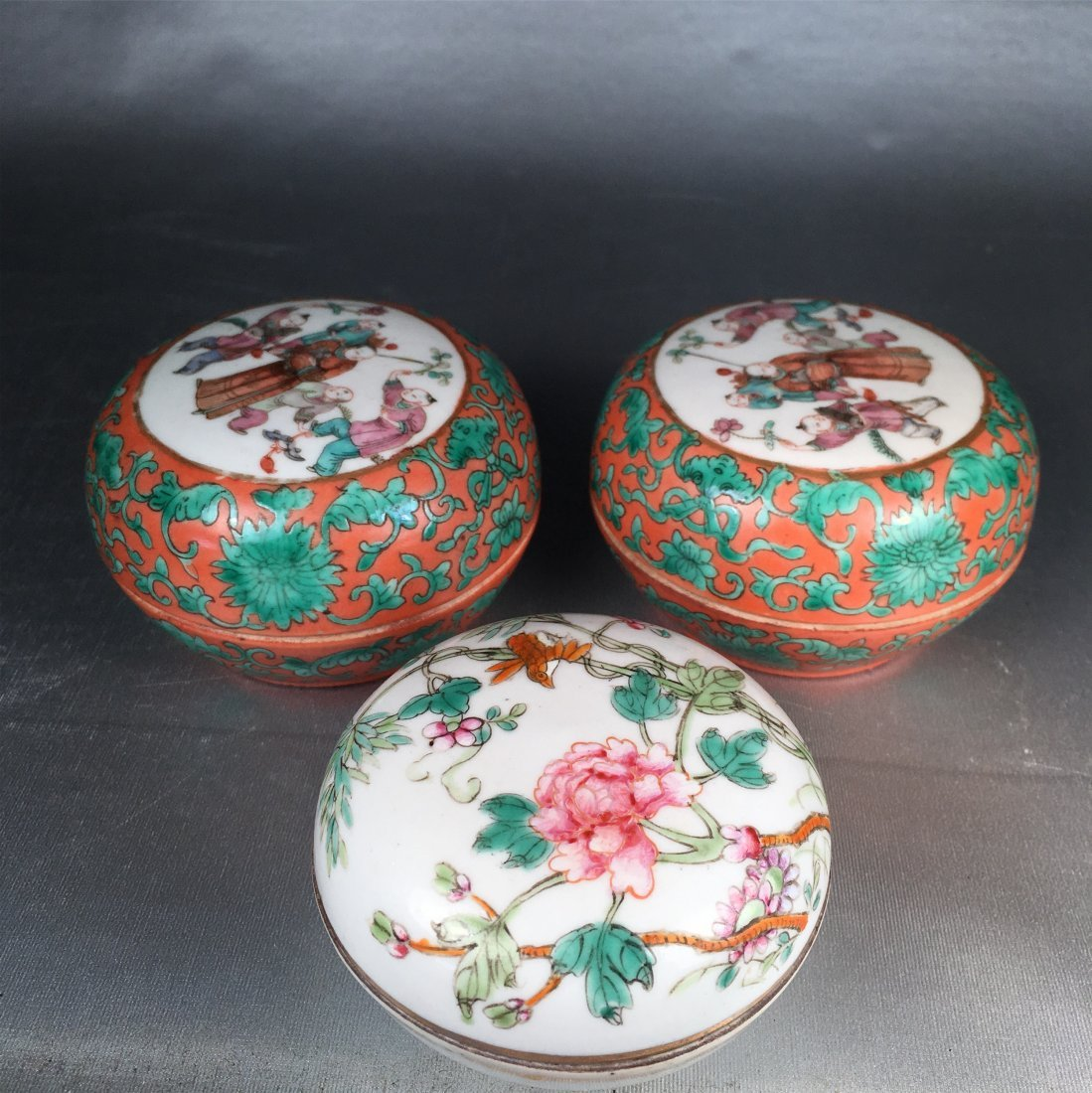 THREE CHINESE PORCELAIN FAMILLE ROSE BOXES