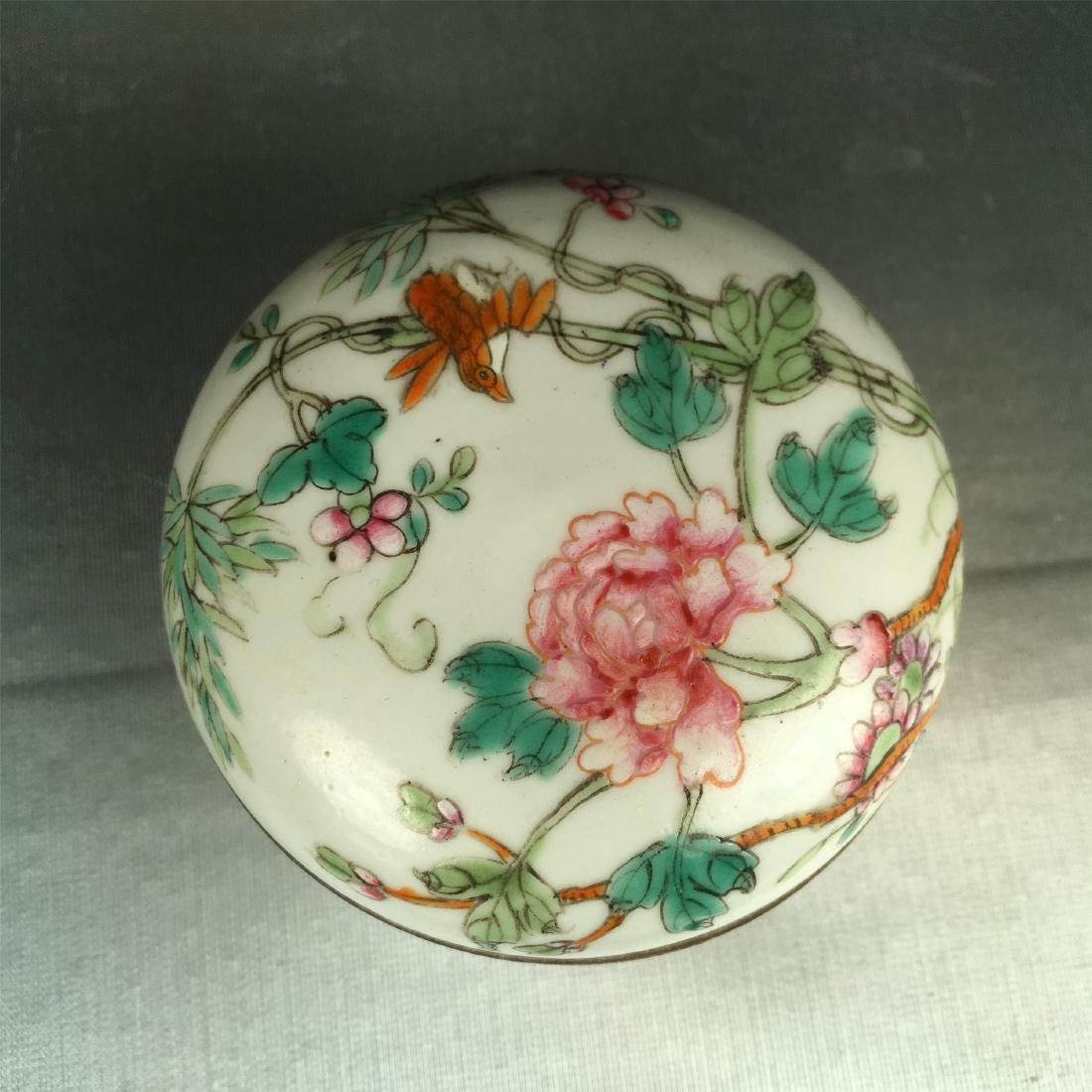 THREE CHINESE PORCELAIN FAMILLE ROSE BOXES - 4