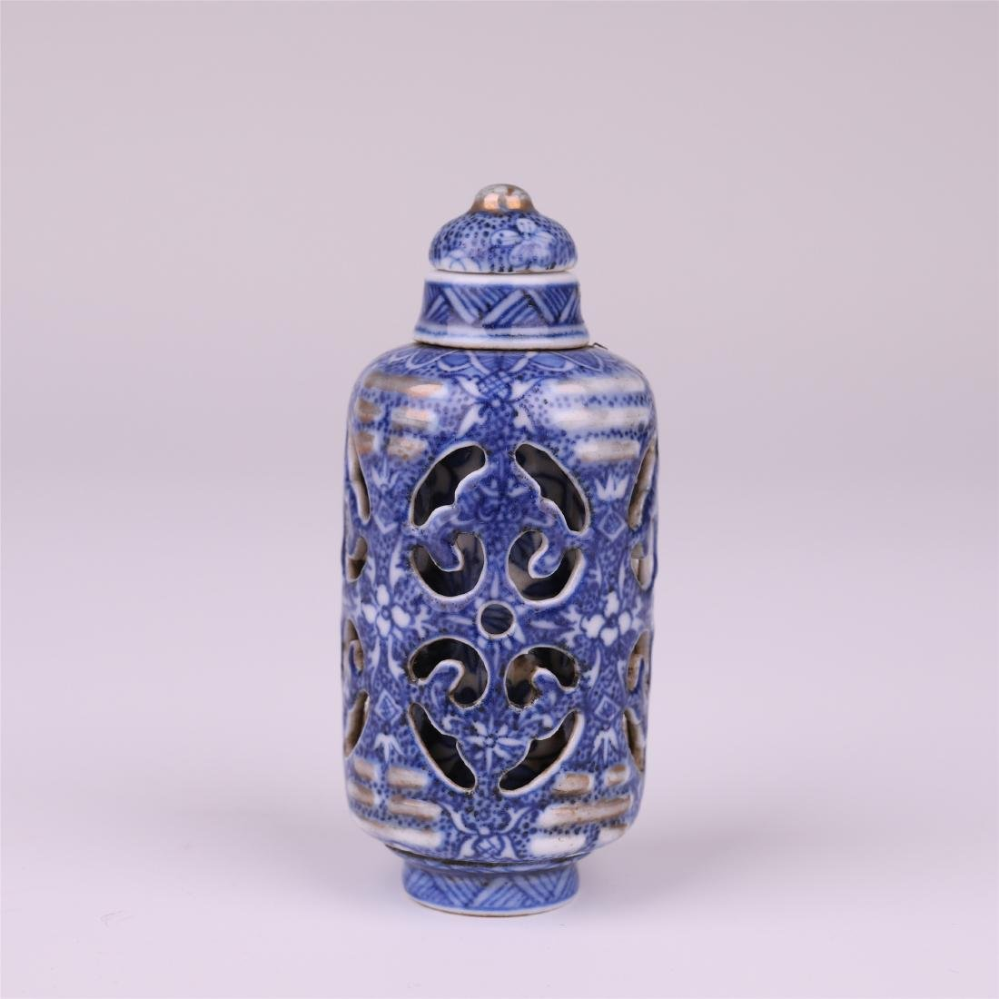 CHINESE PORCELAIN BLUE AND WHITE SNUFF BOTTLE
