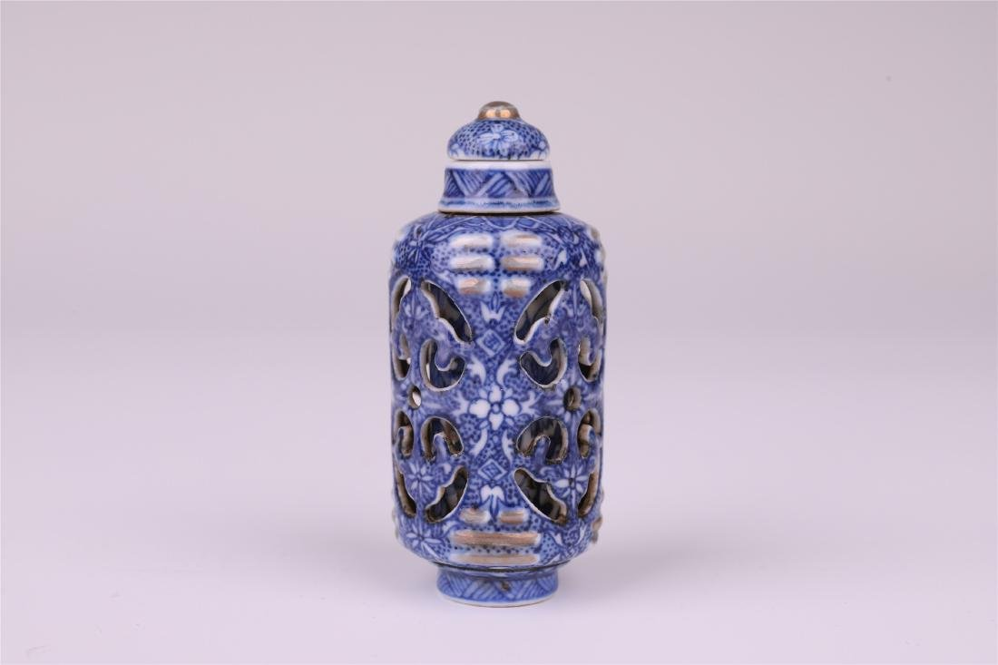 CHINESE PORCELAIN BLUE AND WHITE SNUFF BOTTLE - 2