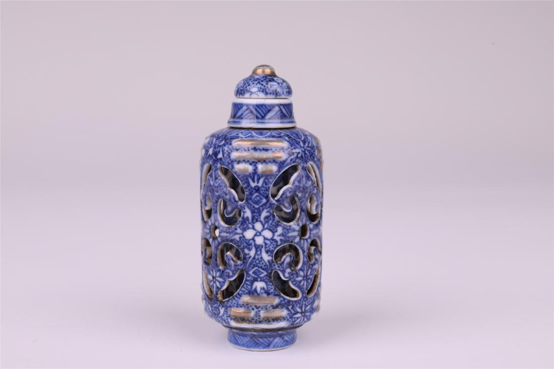 CHINESE PORCELAIN BLUE AND WHITE SNUFF BOTTLE - 3