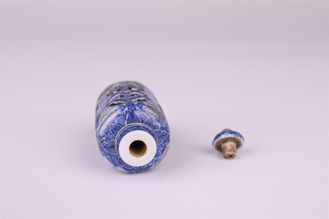 CHINESE PORCELAIN BLUE AND WHITE SNUFF BOTTLE - 4