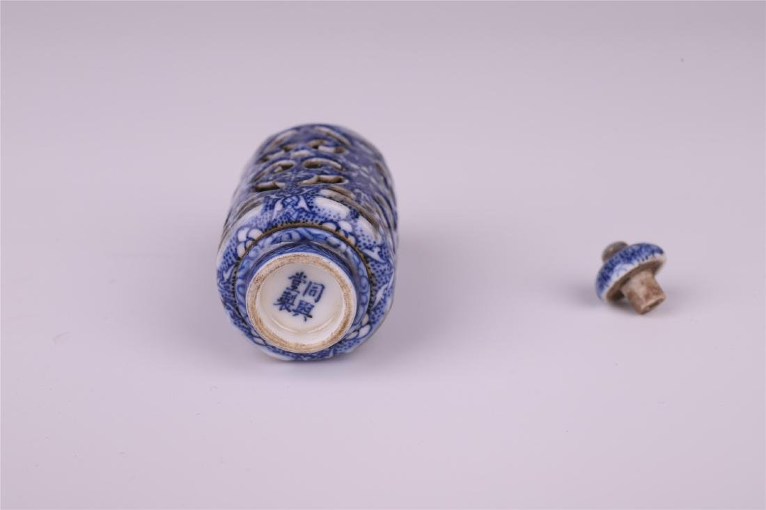CHINESE PORCELAIN BLUE AND WHITE SNUFF BOTTLE - 5