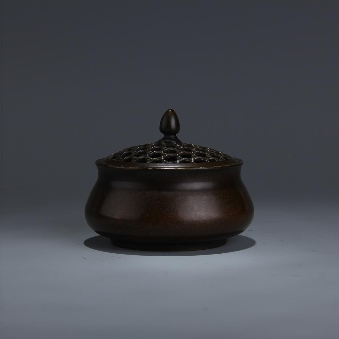 CHINESE BRONZE LIDDED ROUND CENSER