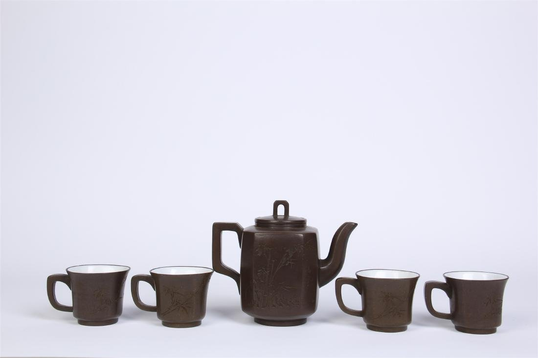 A SET OF CHINESE YIXING ZISHA CLAY TEA POT WITH FOUR CU