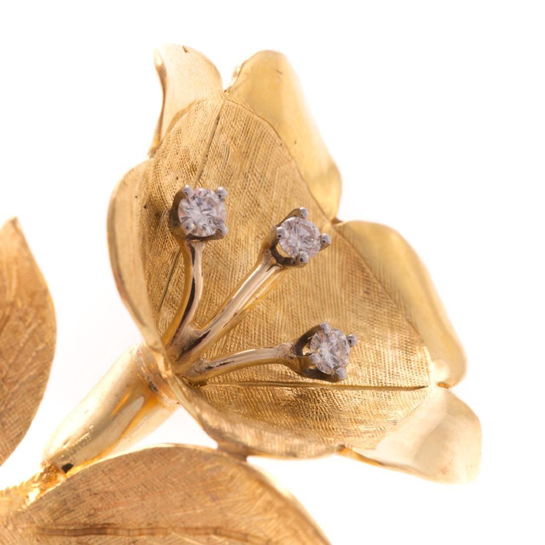 A Lady's Flower Brooch in 18K Gold - 2