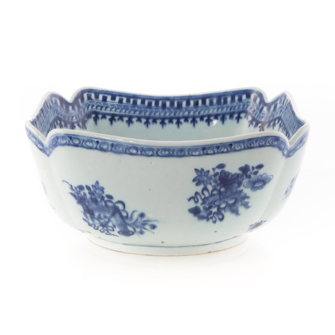 Chinese Export blue and white corner cut bowl