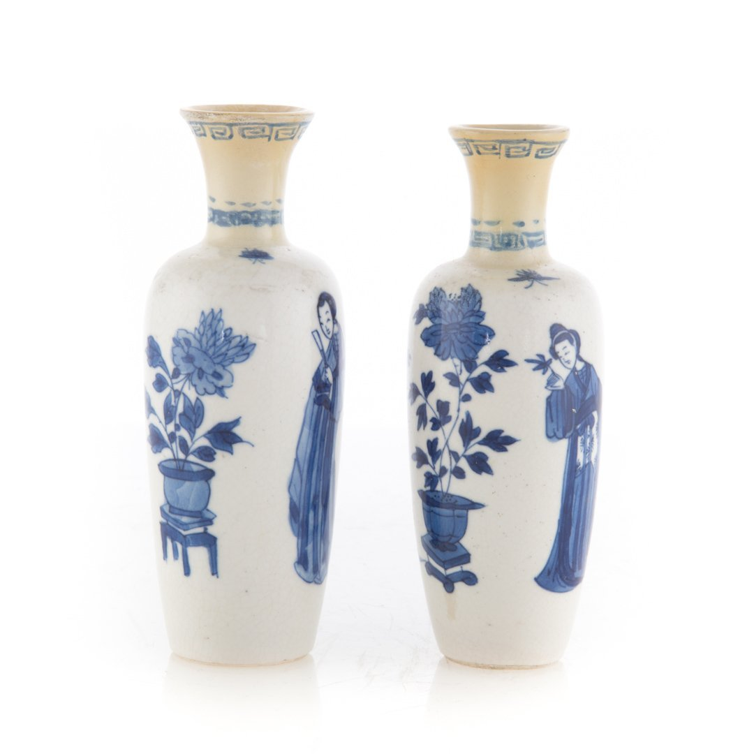 Pair Chinese Export blue and white vases - 2