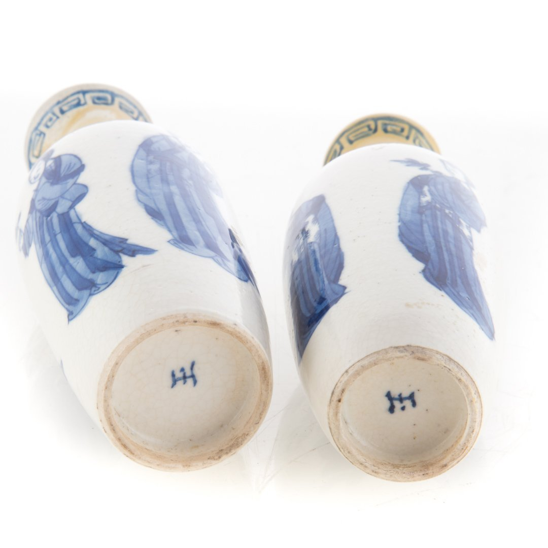 Pair Chinese Export blue and white vases - 4