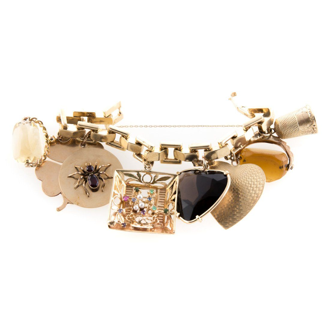 A Gold Link Bracelet with 8 Large Charms
