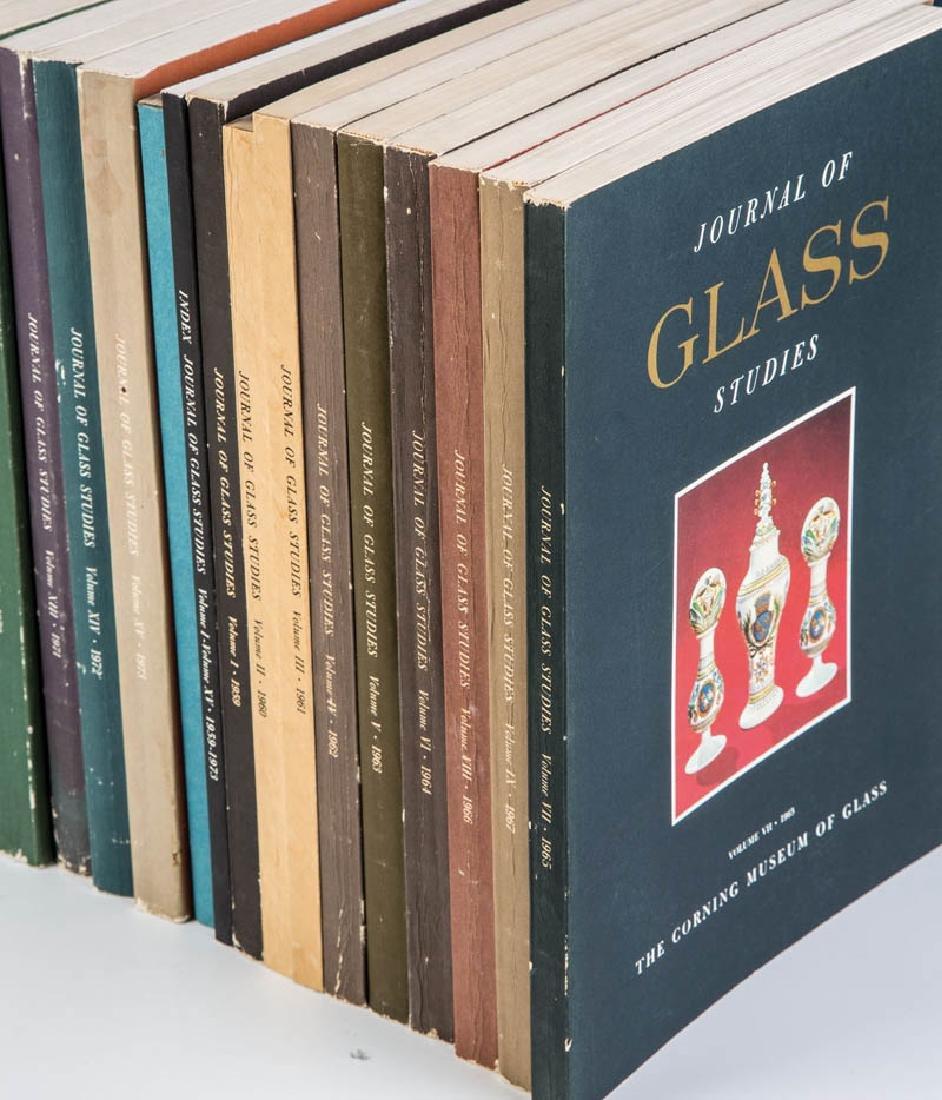 45 Ausgaben des Journal of Glass Studies