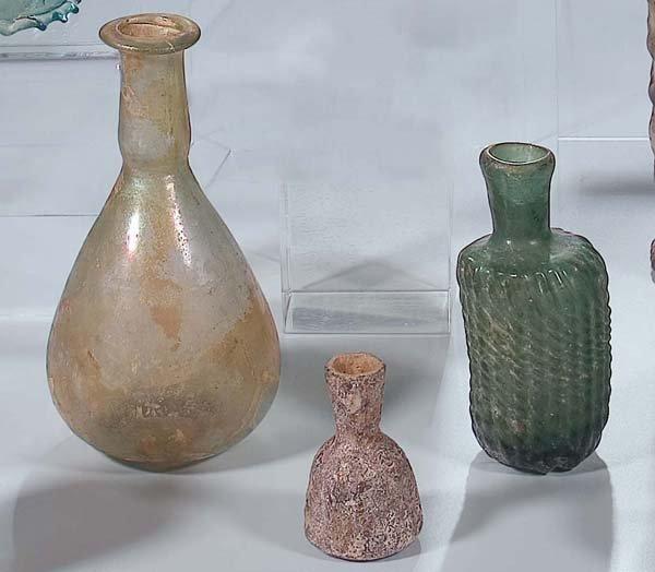 7: 3 Fläschchen 2./3. Jh3 glass bottles Middle East