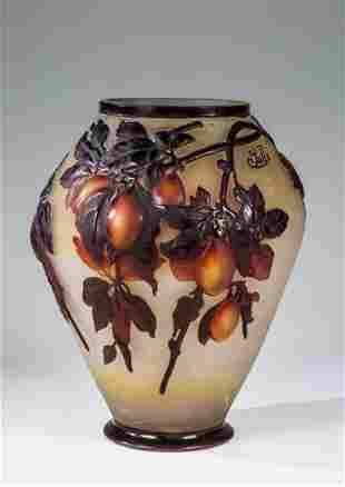 Soufflé-Vase mit Pflaumenzweig