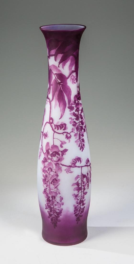 Große Vase mit Glyzinen