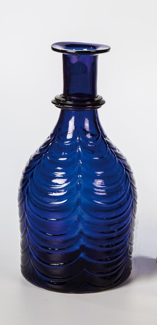 Karaffe aus kobaltblauem Glas