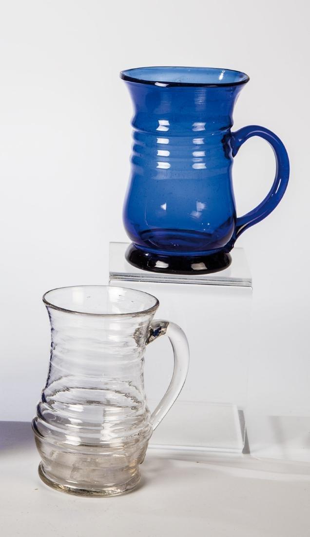 Kobaltblauer und farbloser Henkelbecher