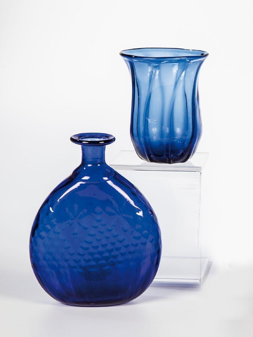Becher und Flasche aus kobaltblauem Glas