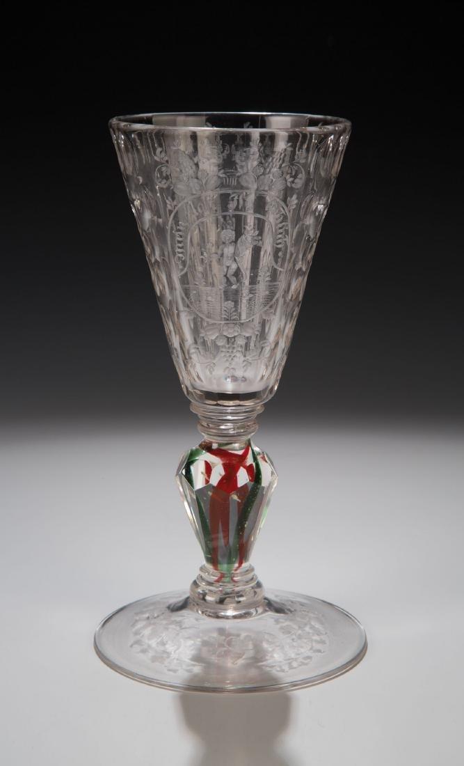 Seltener Pokal mit roten und grünen Bändern