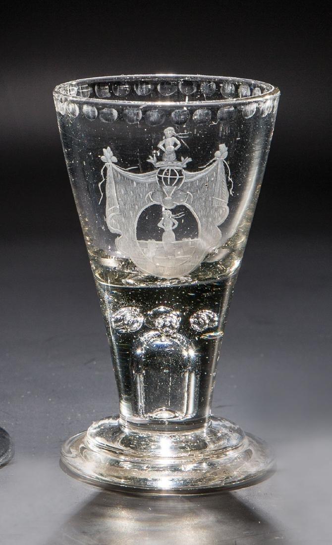 Schnapsglas mit dem Wappen der Adligen von Loeben