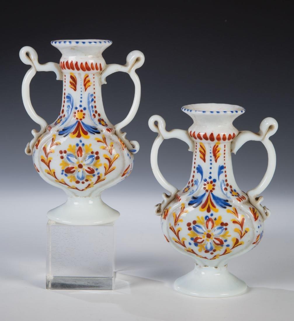 Paar Doppelhenkelvasen aus Milchglas