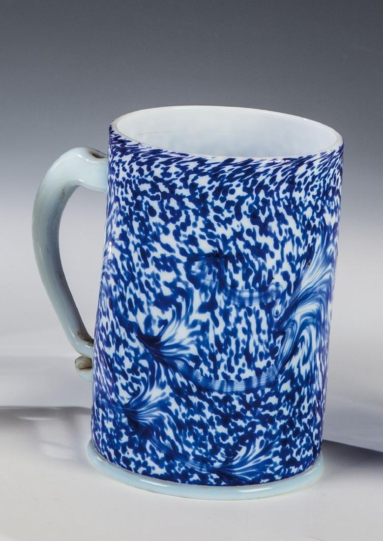 Seltener Walzenkrug aus Milchglas