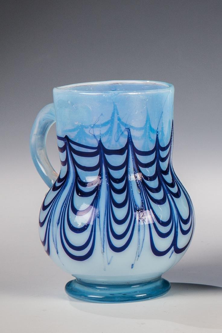 Seltener, kleiner Milchglaskrug mit blauen Fäden