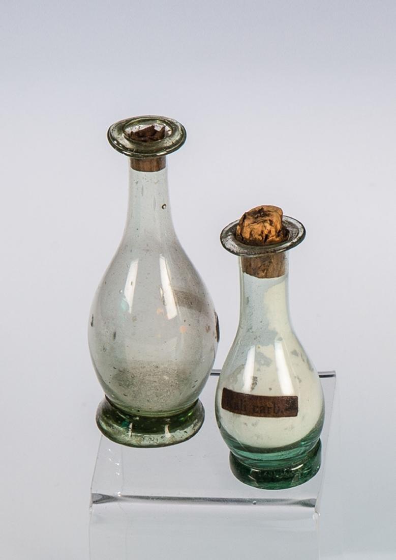 Zwei kleine Flaschen aus einer homöopathischen