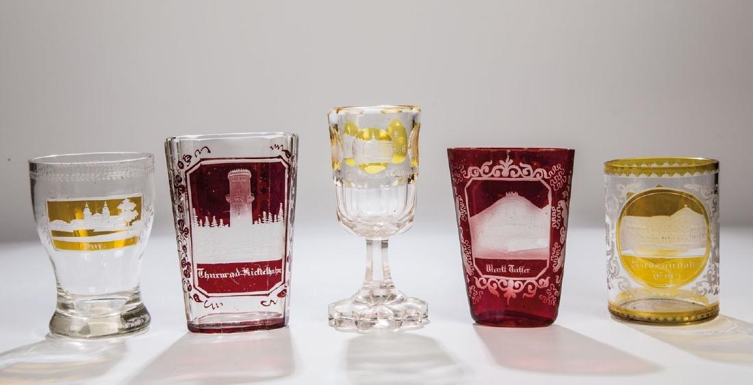 Fünf Gläser mit Ansichten