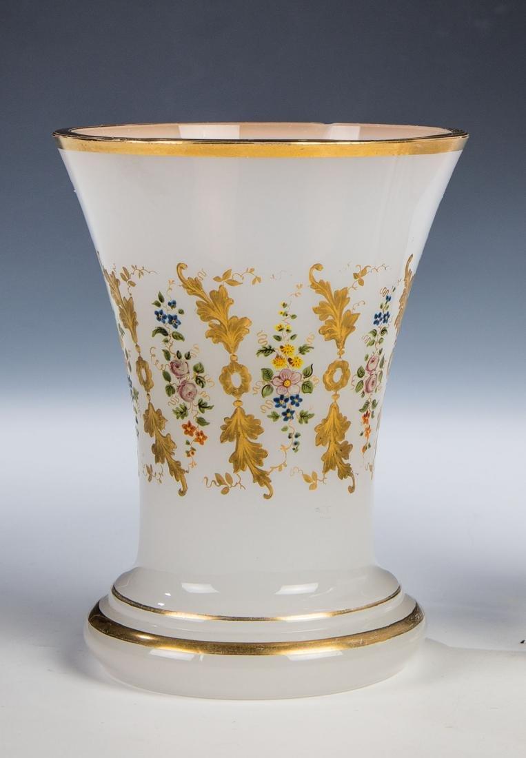 Alabasterglasbecher mit Floraldekor