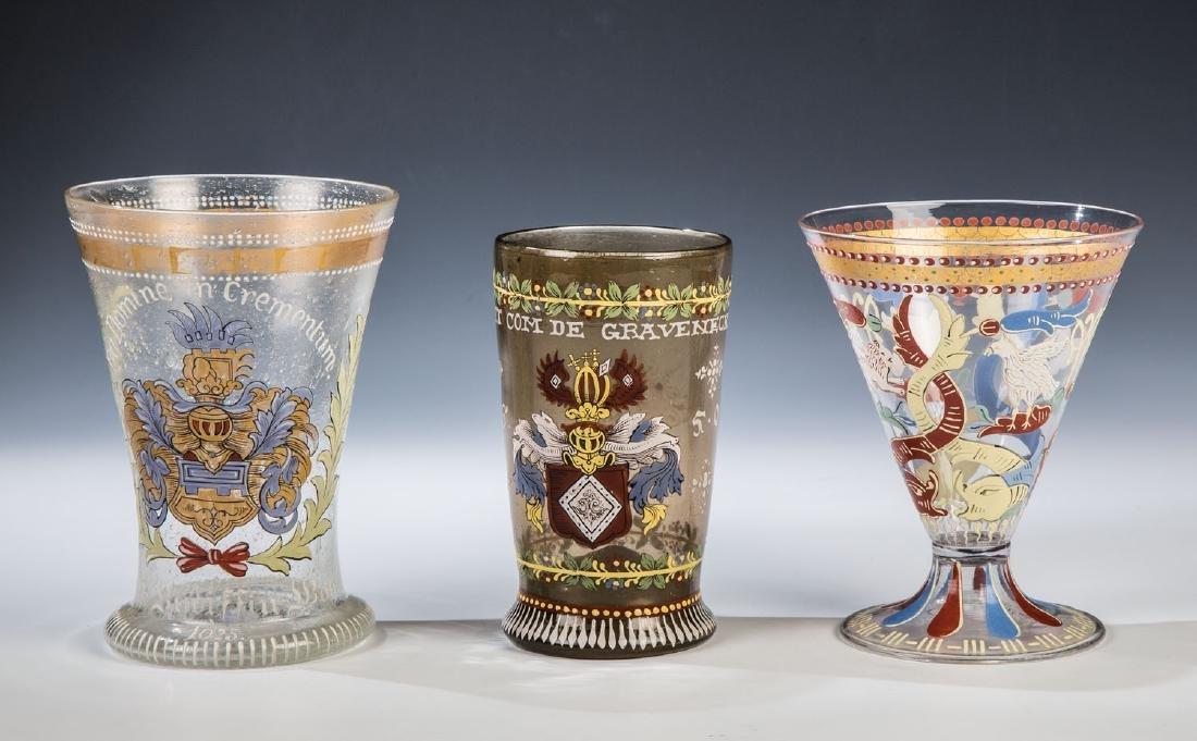 Trichterpokal mit Renaissanceornamenten und zwei