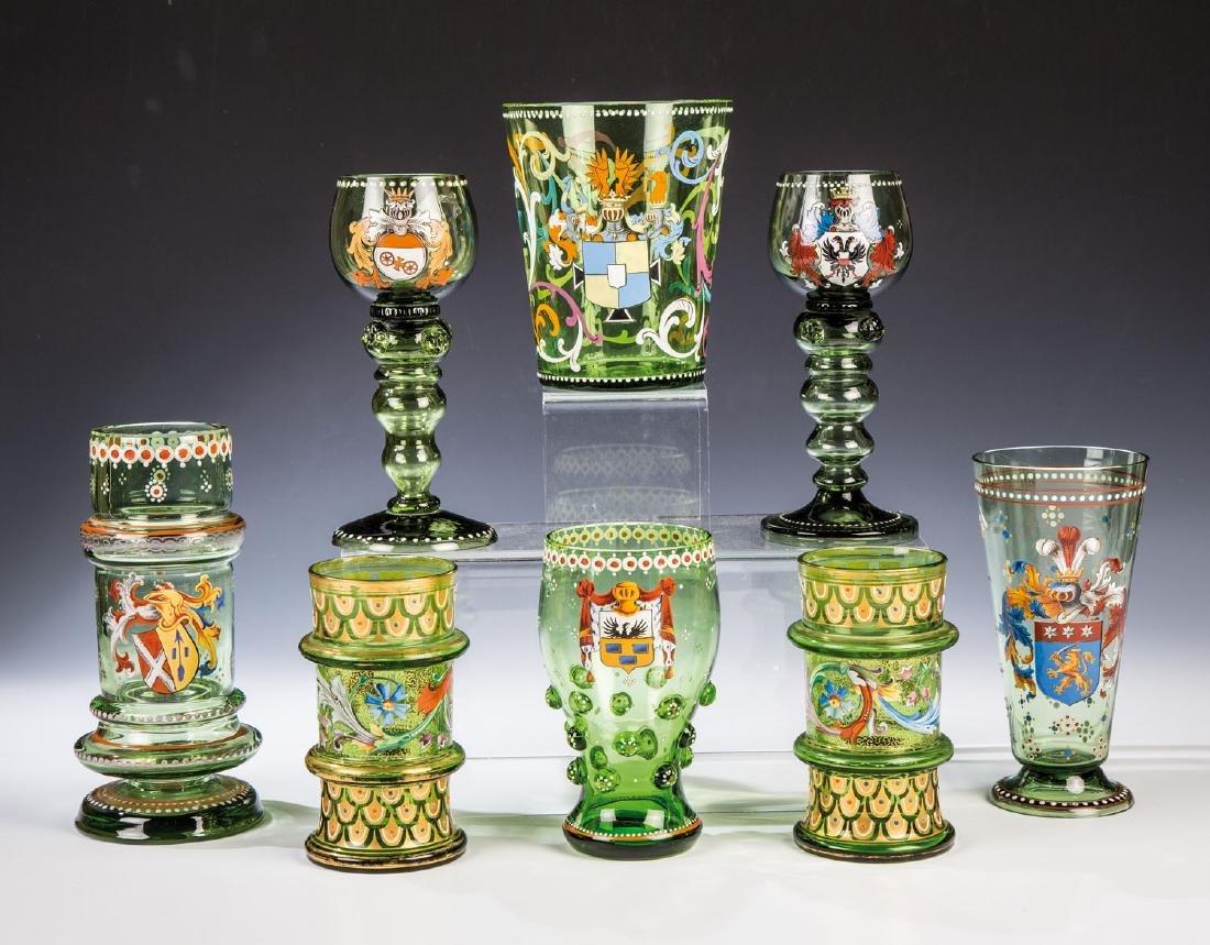 Acht verschiedene, historisierende Gläser